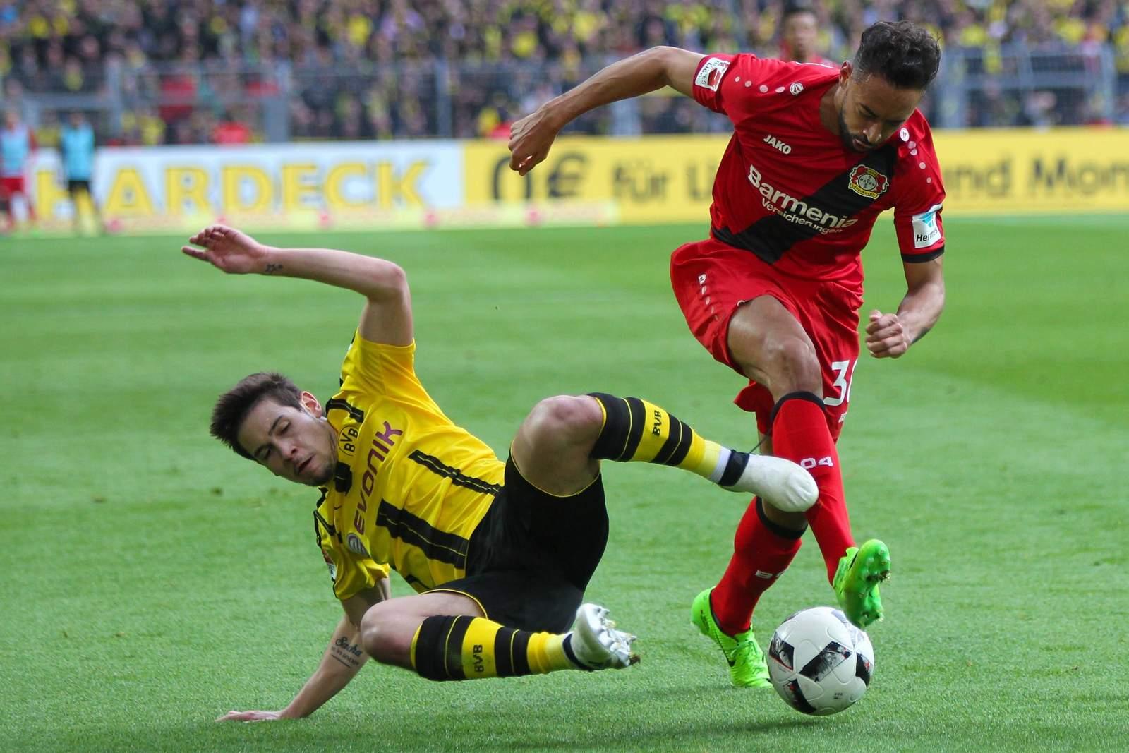 Raphael Guerreiro im Duell mit Karim Bellarabi. Jetzt auf die Partie BVB gegen Leverkusen wetten