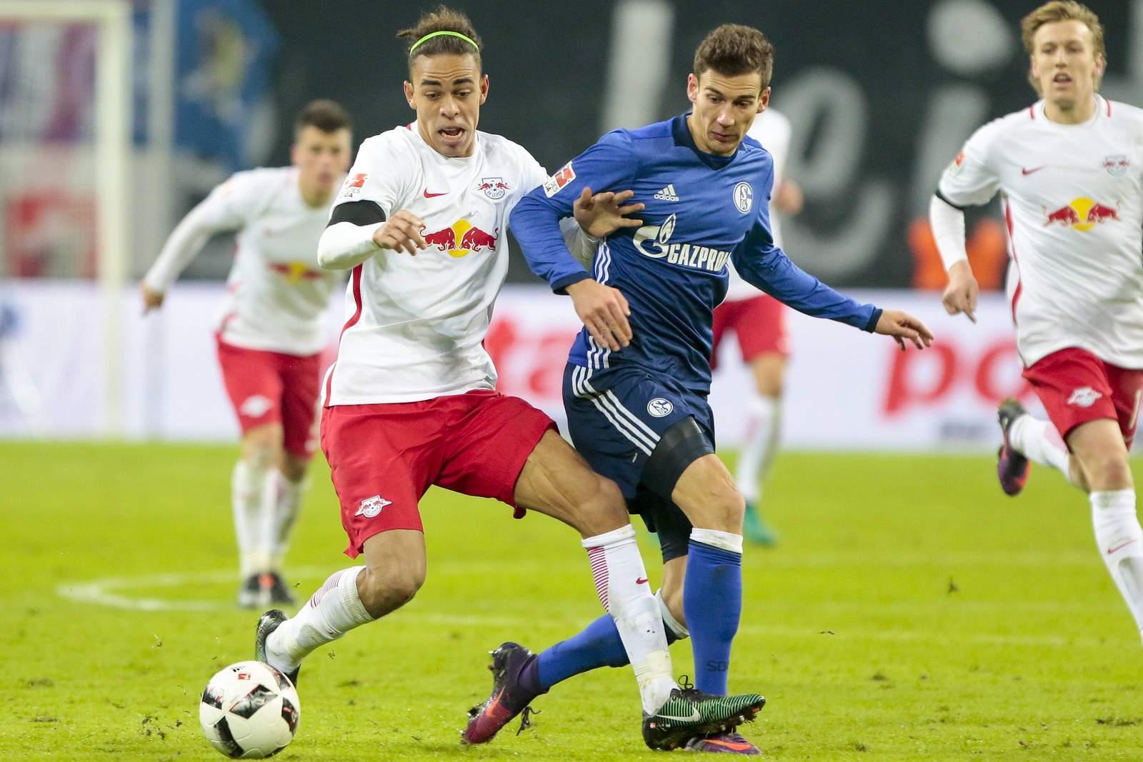 Yussuf Poulsen im Duell mit Leon Goretzka. Jetzt auf die Partie Red Bull Leipzig gegen Schalke 04 wetten