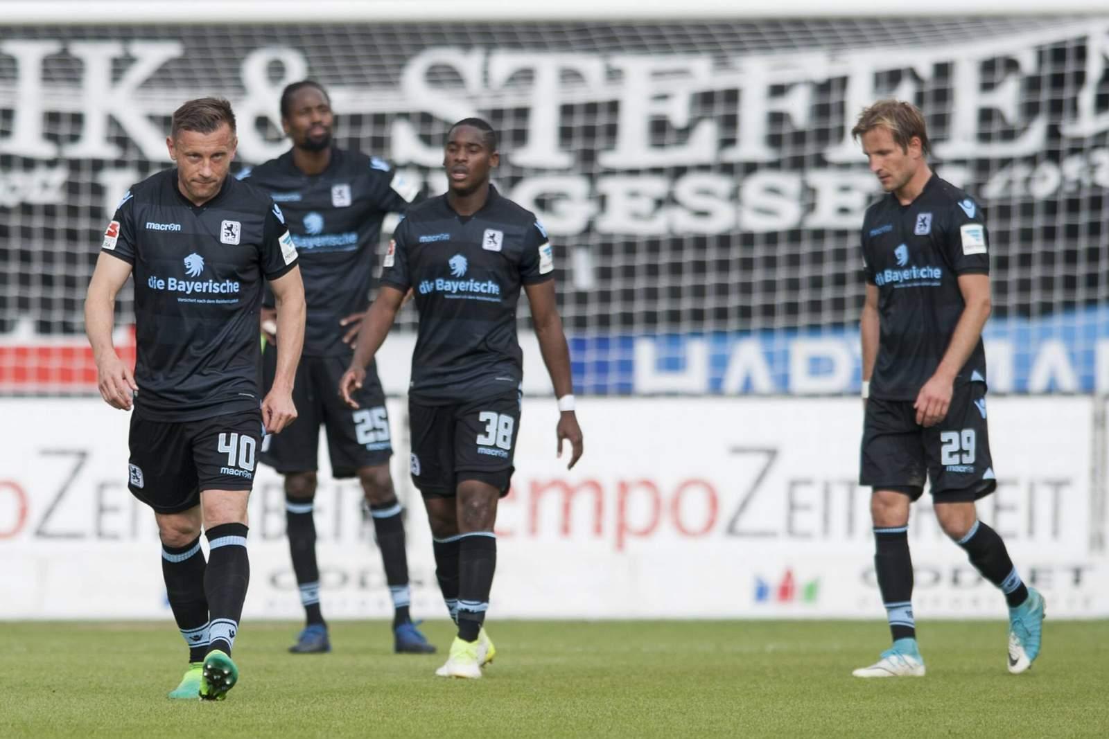 Spieler des TSV 1860 München mit hängenden Köpfen