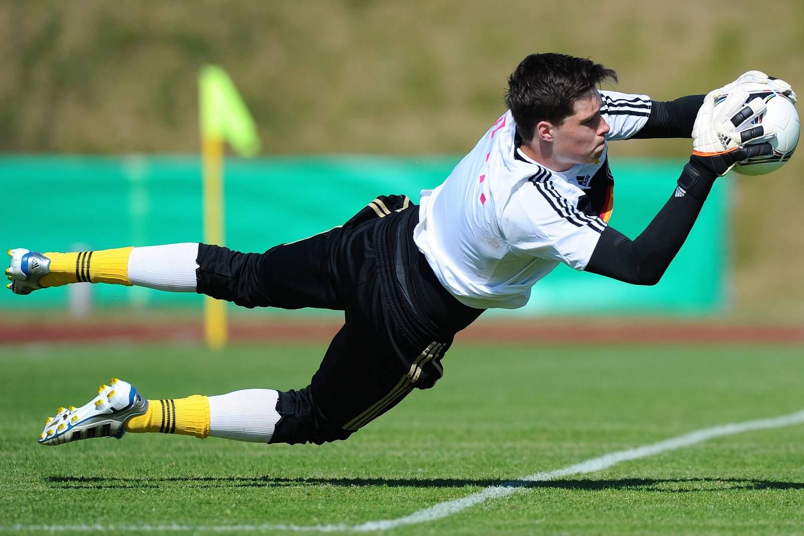 Florian Stritzel hechtet nach dem Ball