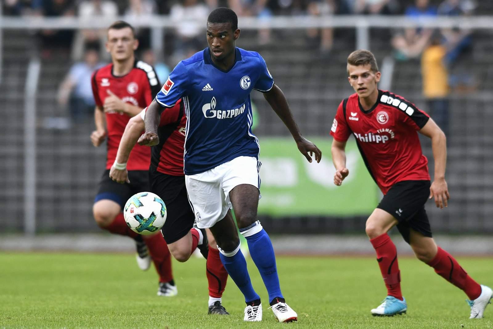 Haji Wright vom FC Schalke 04 am Ball. Er schließt sich auf Leihbasis dem SV Sandhausen an.