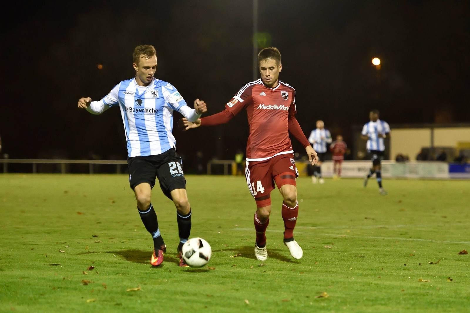 Felix Weber und Stefan Lex im Duell. Wer gewinnt das Pokalmatch zwischen 1860 München und dem FC Ingolstadt? Jetzt darauf wetten.