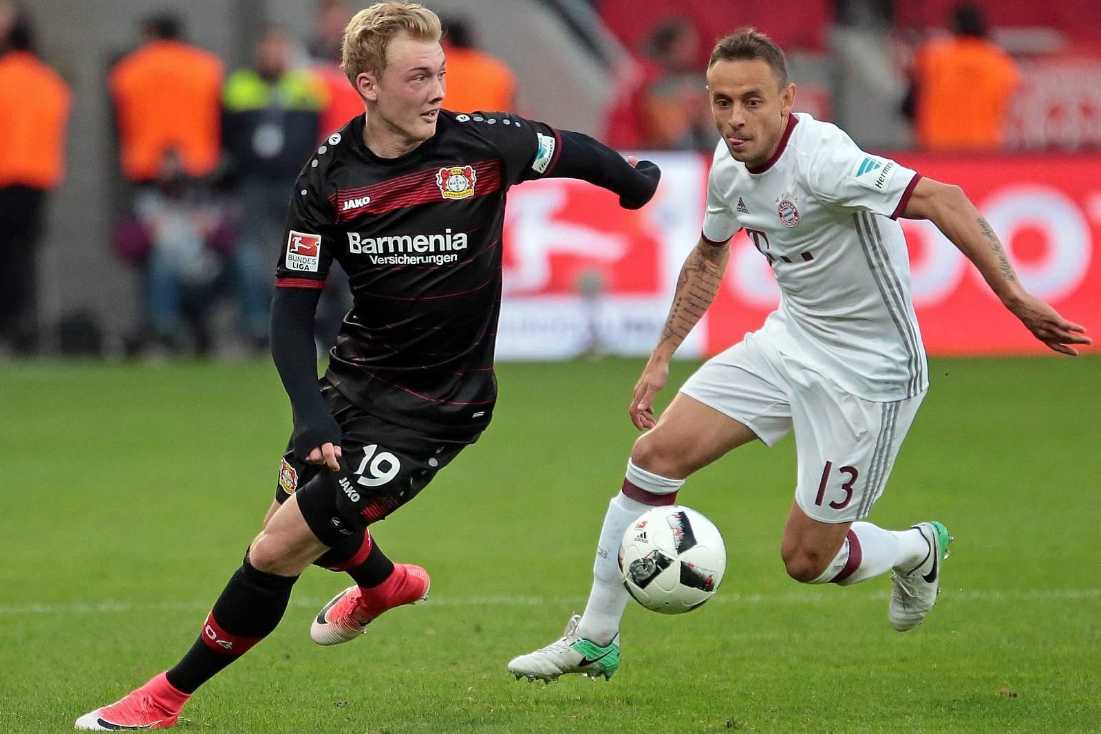 Julian Brandt im Duell mit Rafinha. Jetzt auf die Partie Leverkusen gegen Bayern tippen