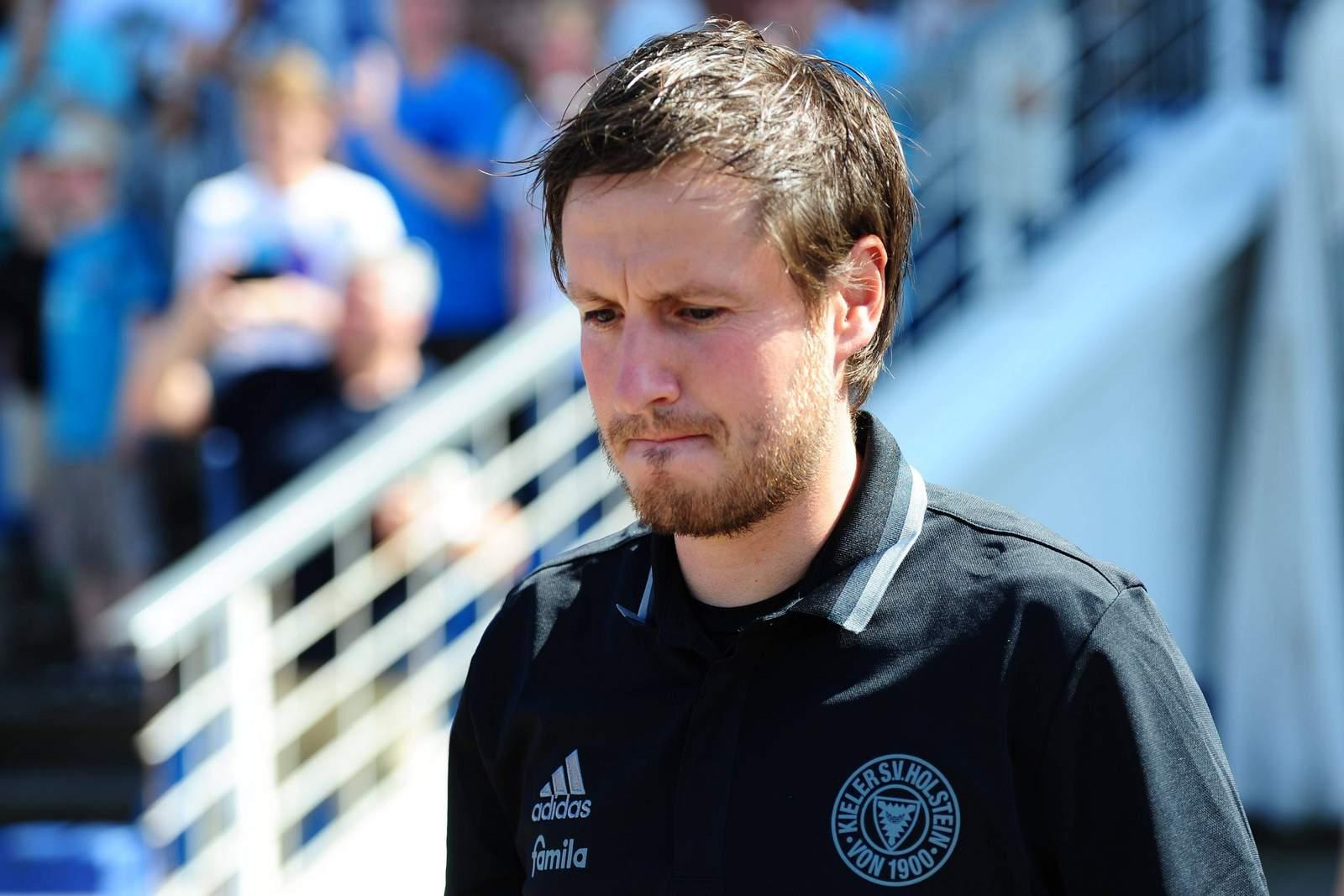 Hannes Drews im Shirt seines Ex-Vereins Holstein Kiel. Jetzt coacht er Erzgebirge Aue.