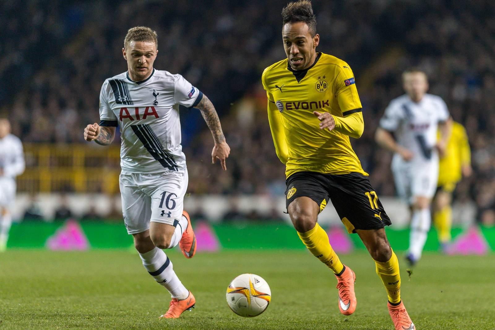 Kieran Trippier im Duelle mit Pierre-Emerick Aubameyang. Jetzt auf die Partie Tottenham gegen Dortmund wetten