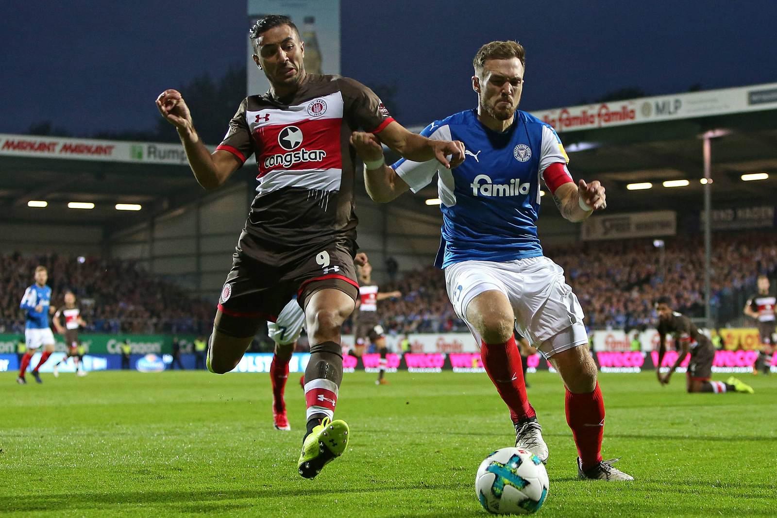 Aziz Bouhaddouz vom FC St. Pauli gegen Rafael Czichos von Holstein Kiel