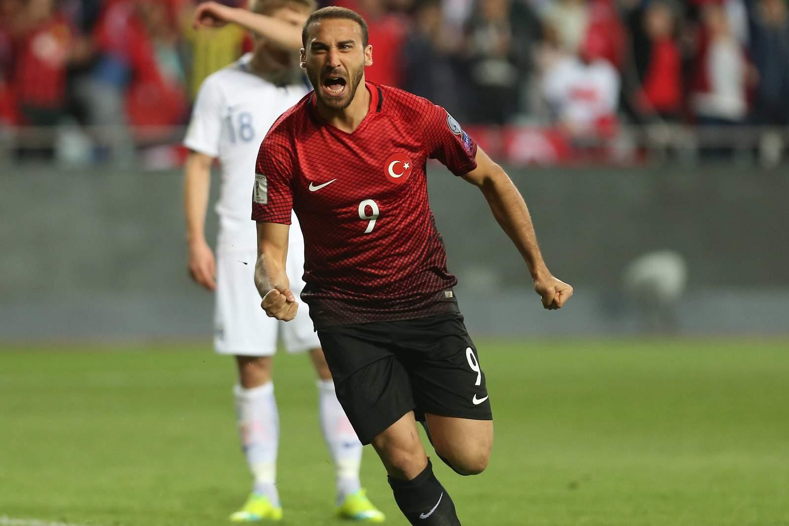Cenk Tosun jubelt im Trikot der türkischen Nationalmannschaft. Jetzt auf die Partie Türkei gegen Island wetten