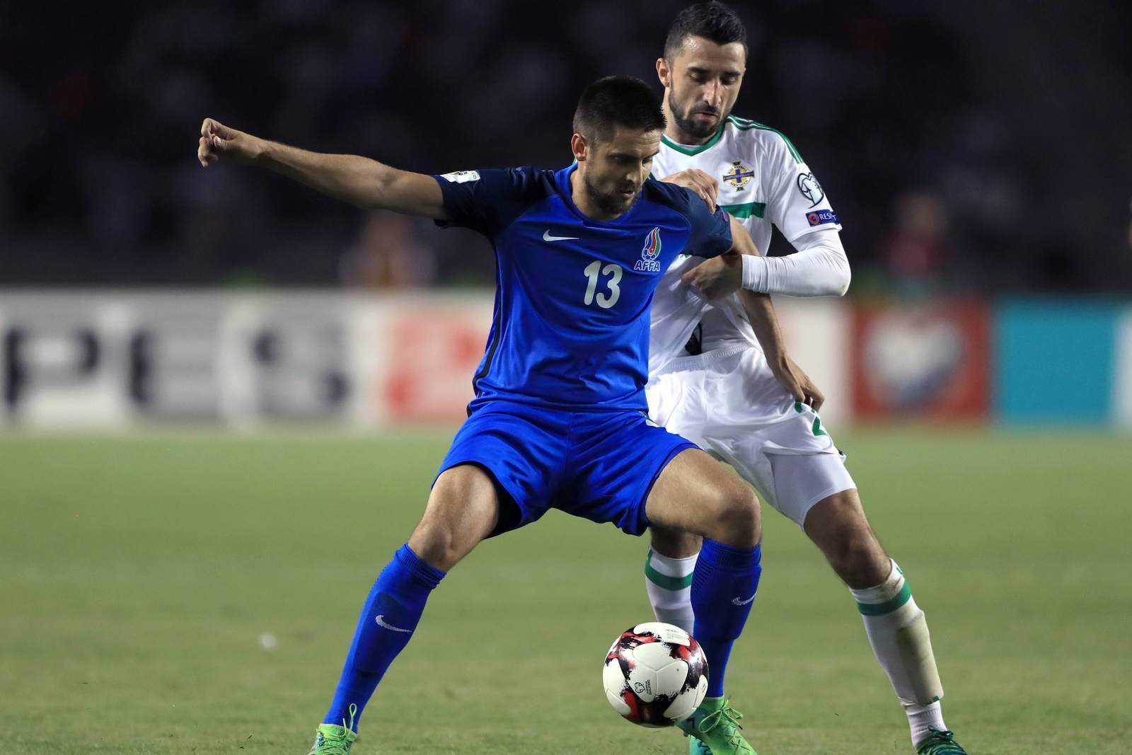 Dimitrij Nazarov im Duell mit Conor Mc Laughlin. Jetzt trifft der FCE-Kicker mit Aserbaidschan auf Deutschland.