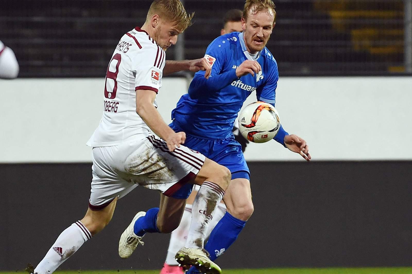 Jan Rosenthal für Darmstadt 98 im Zweikampf mit Hanno Behrens vom 1. FC Nürnberg