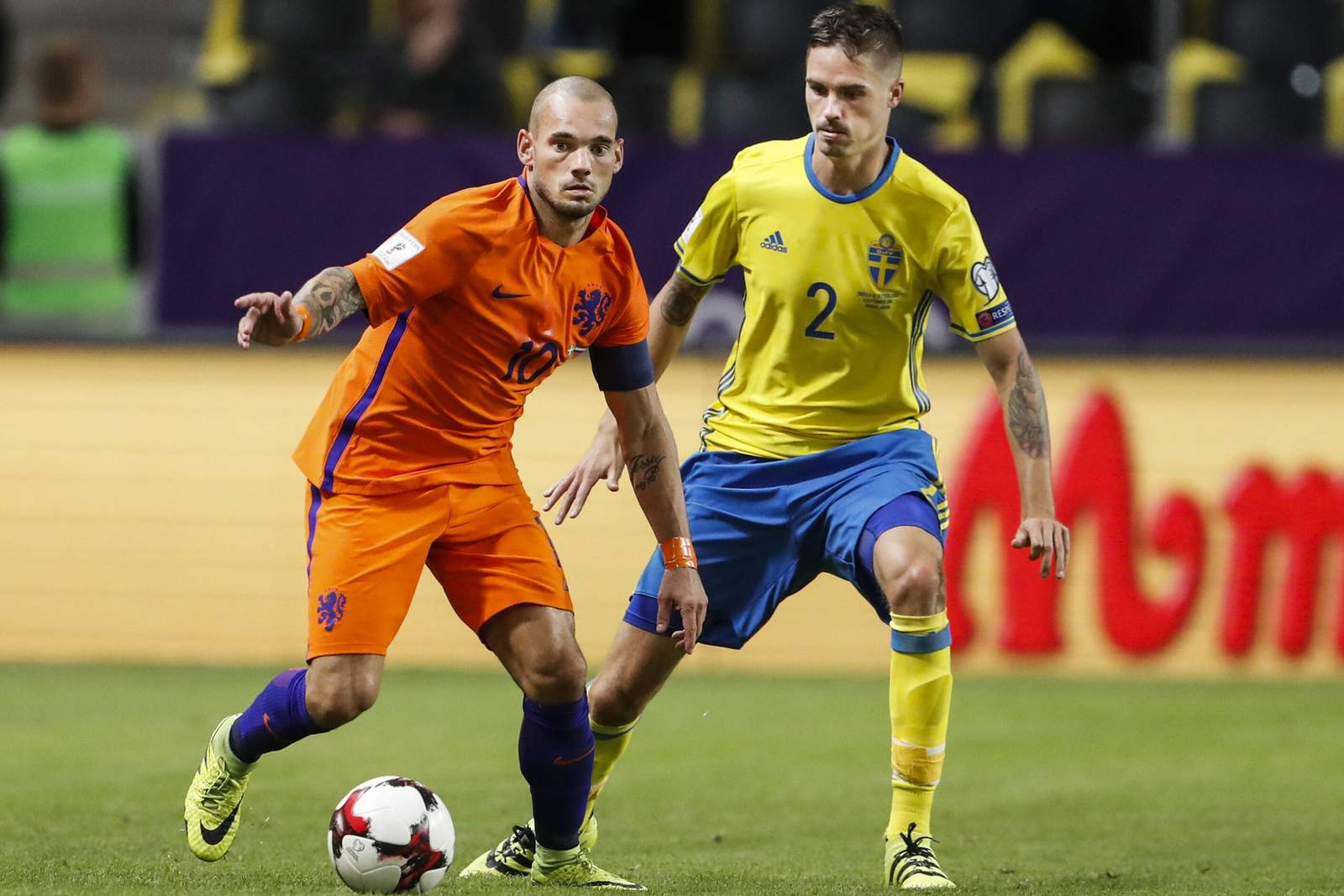 Wesley Sneijder und Mikael Lustig im Duell. Jetzt auf die Partie Holland gegen Schweden wetten