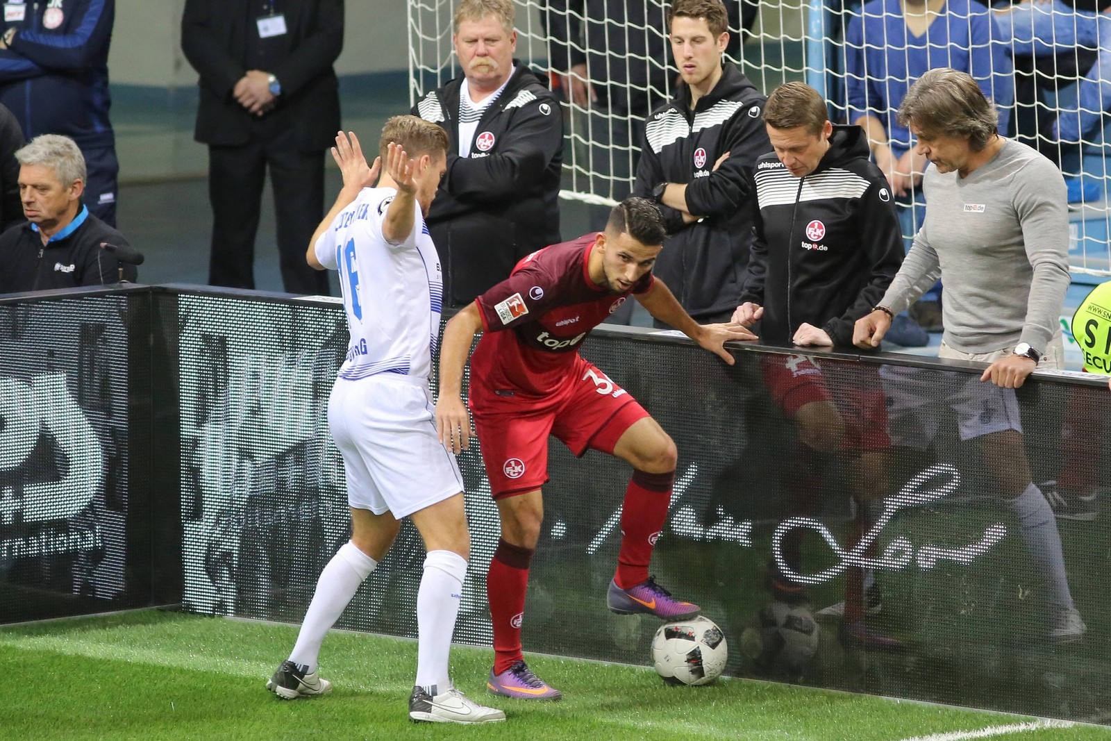 Fabio Leutenecker (Duisburg) im Duell mit Naser Aliji vom 1. FC Kaiserslautern