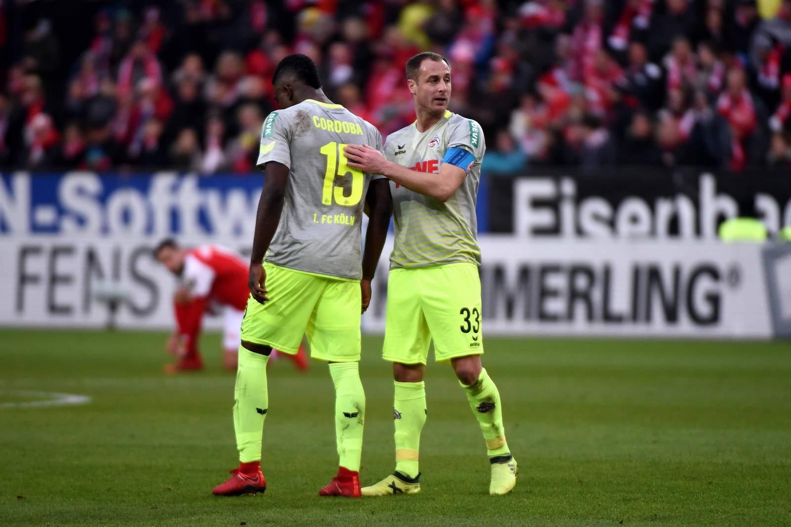 Matthias Lehmann tröstet Jhon Cordoba nach Köln Spiel in Mainz