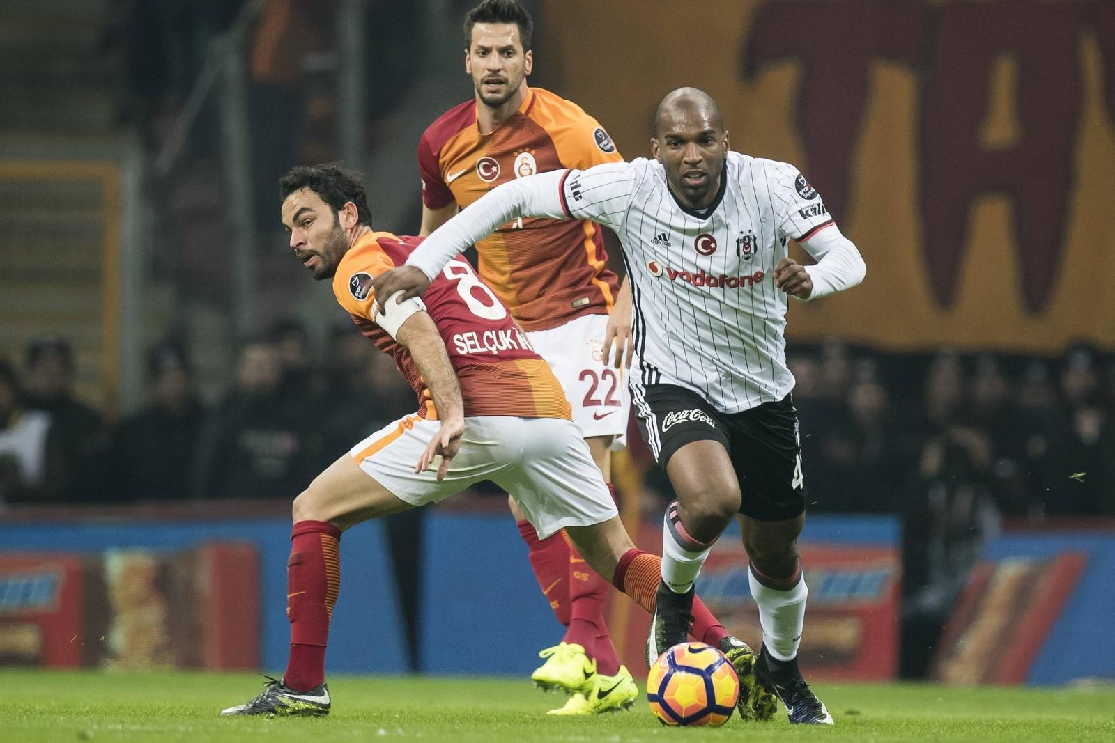 Ryan Babel läuft Selcuk Inan davon. Jetzt auf die Partie Besiktas gegen Galatasaray wetten.