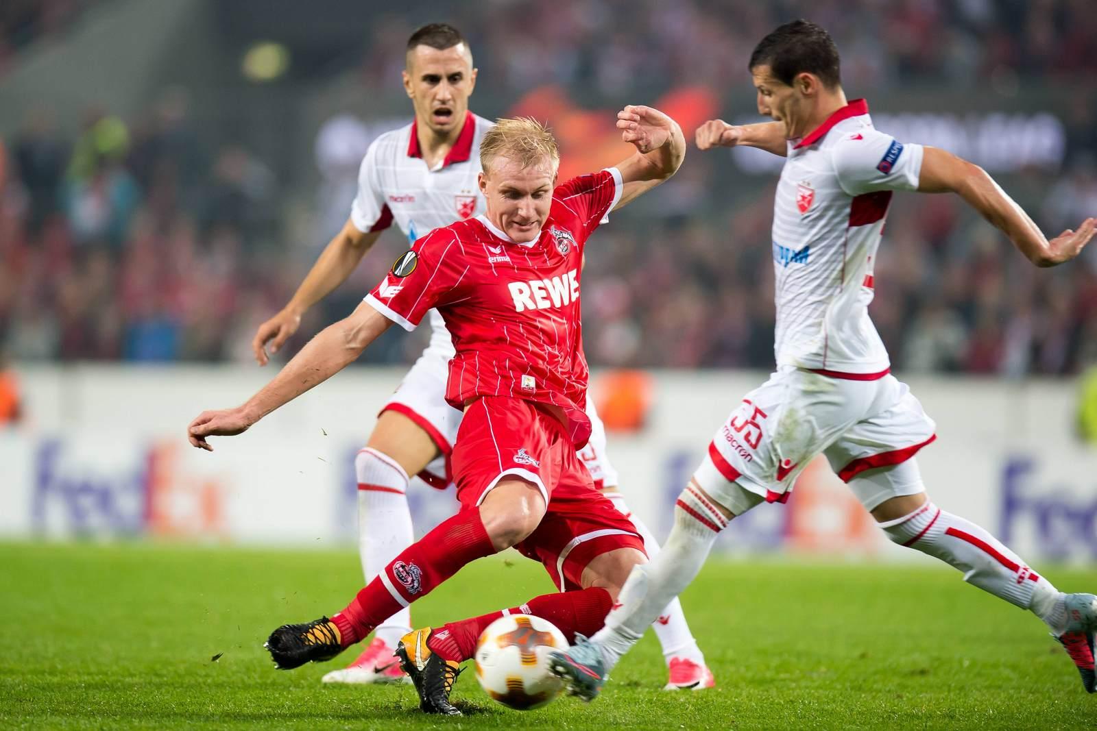 Frederik Sörensen im Duell mit Slavoljub Srnic. Jetzt auf die Partie Köln gegen Roter Stern Belgrad wetten