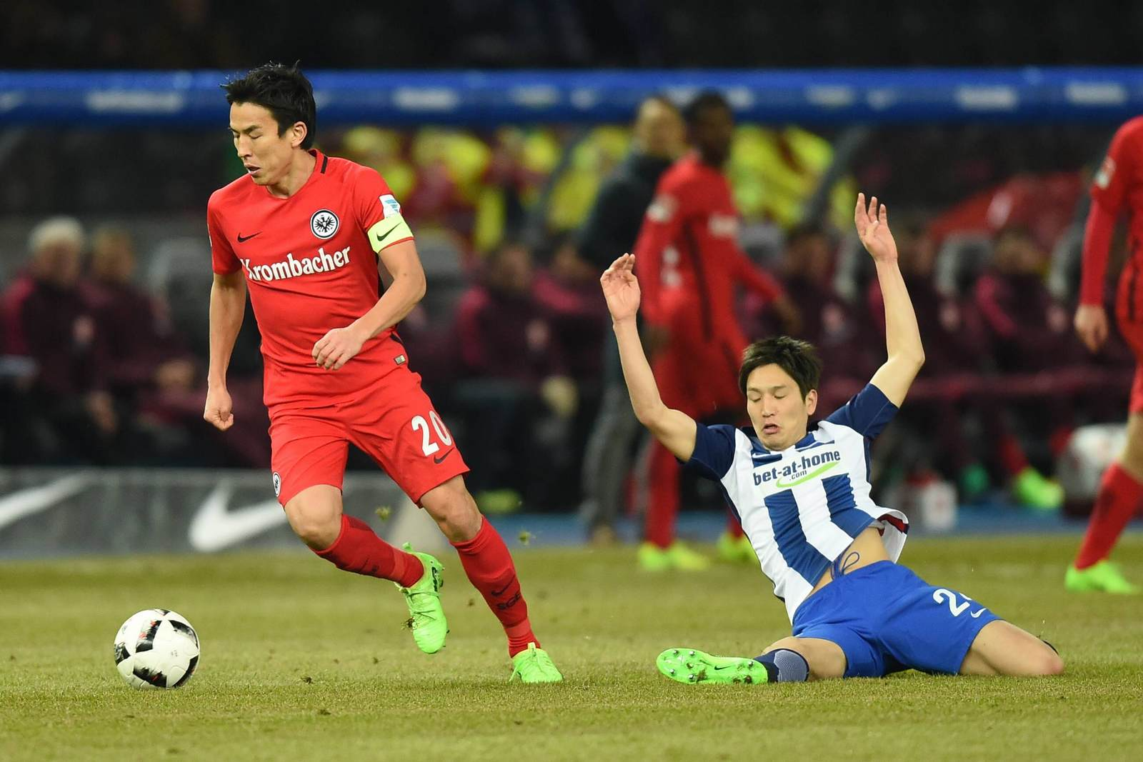 Hasebe im Duell mit Haraguchi. Jetzt auf die Partie Hertha gegen Frankfurt wetten.