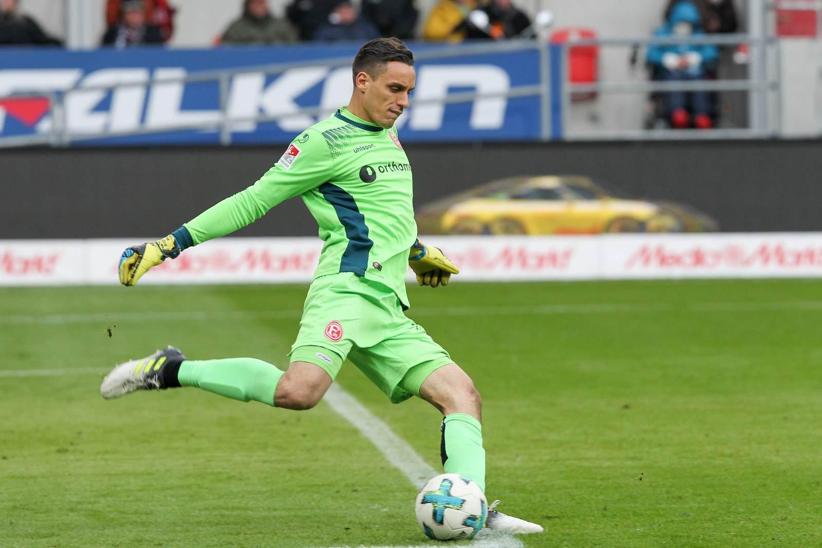 Raphael Wolf beim Abstoß für seinen Verein Fortuna Düsseldorf