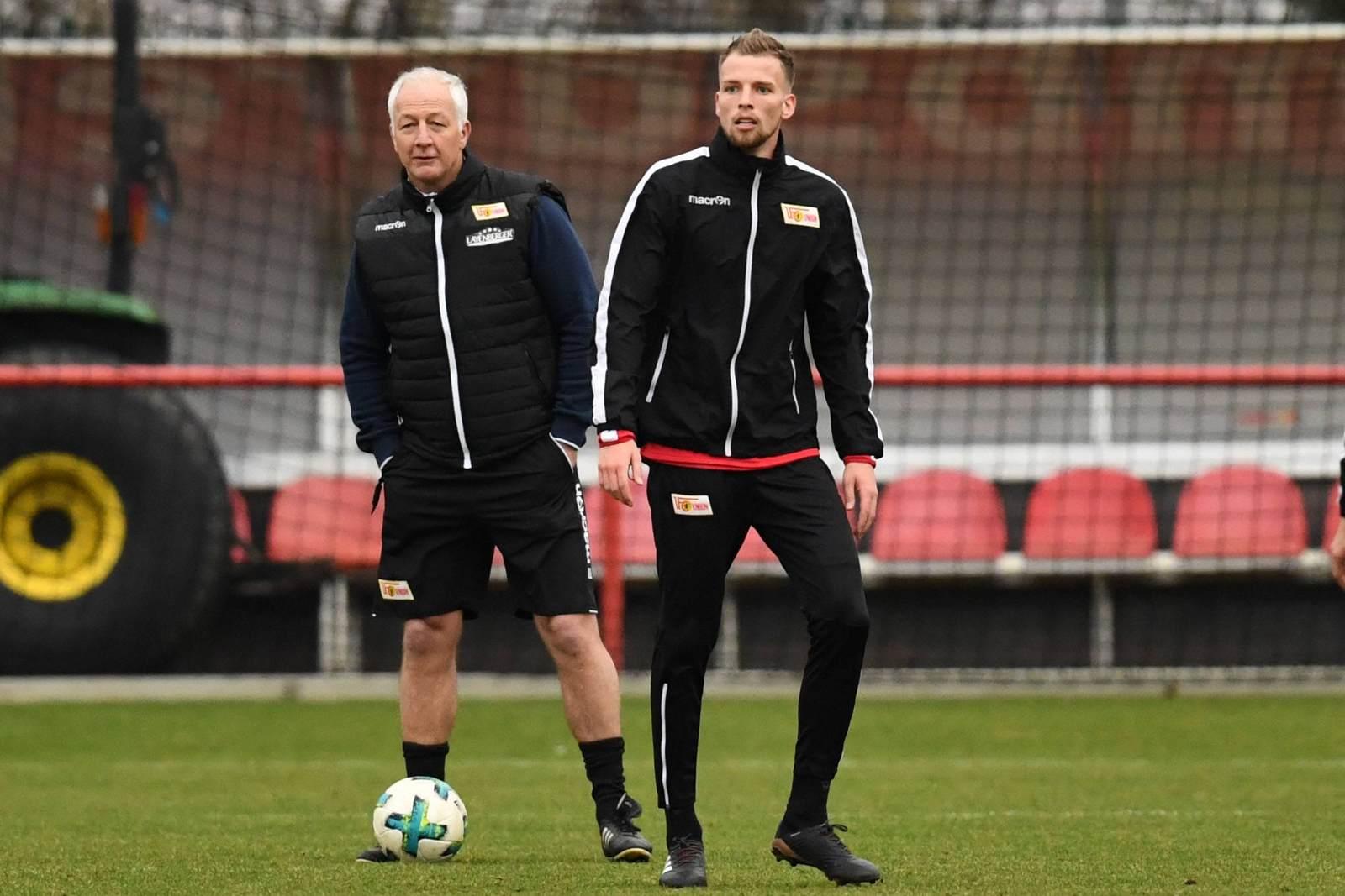 Coach André Hofschneider und Marvin Friedrich um Union-Training