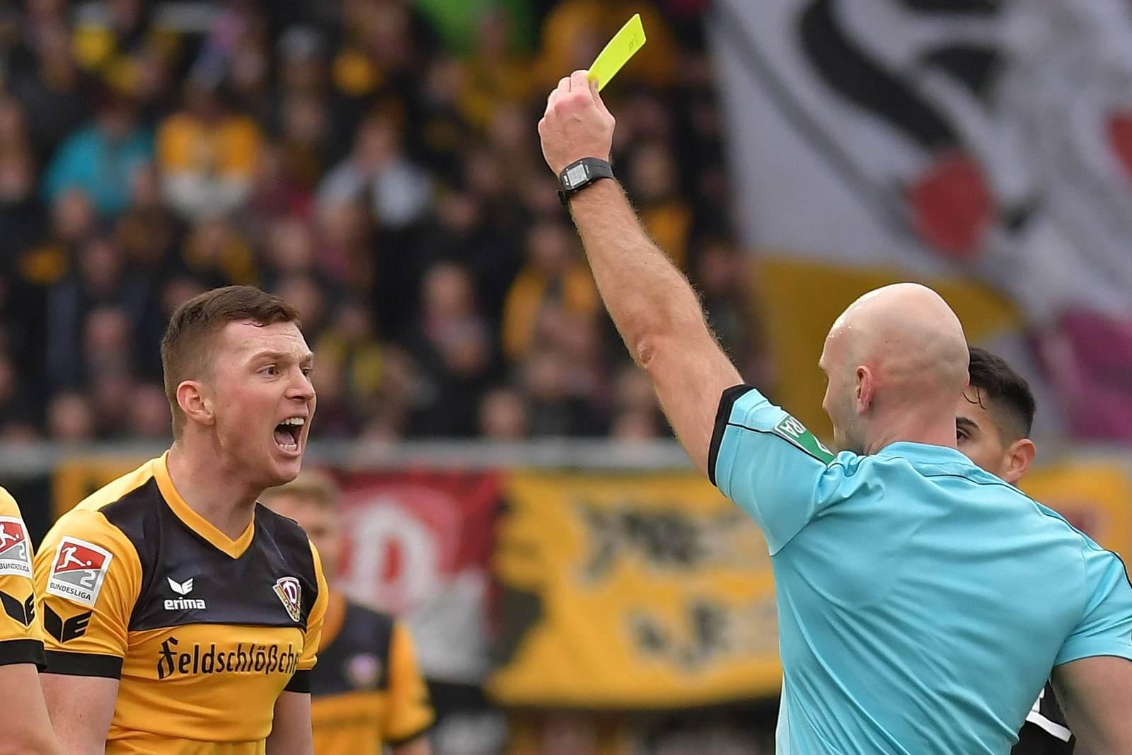 Haris Duljevic bekommt die gelbe Karte von Benedikt Kempkes