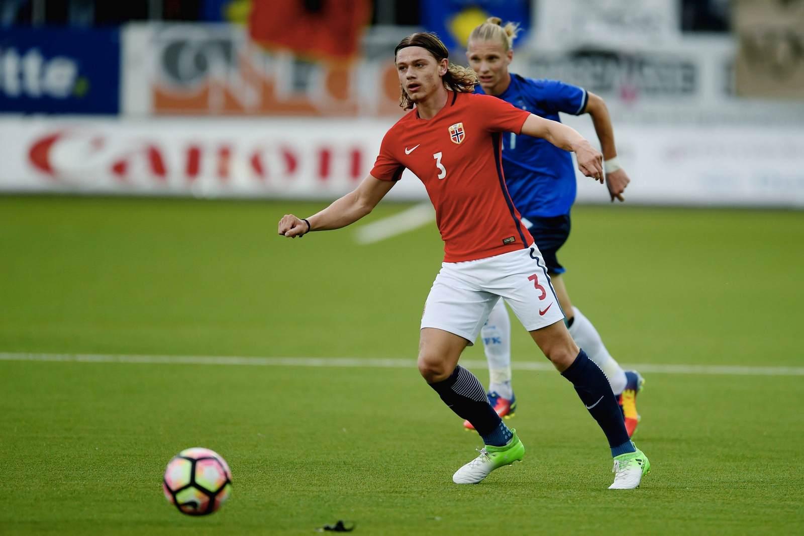 Julian Ryerson für die U21-Nationalmannschaft Norwegens am Ball