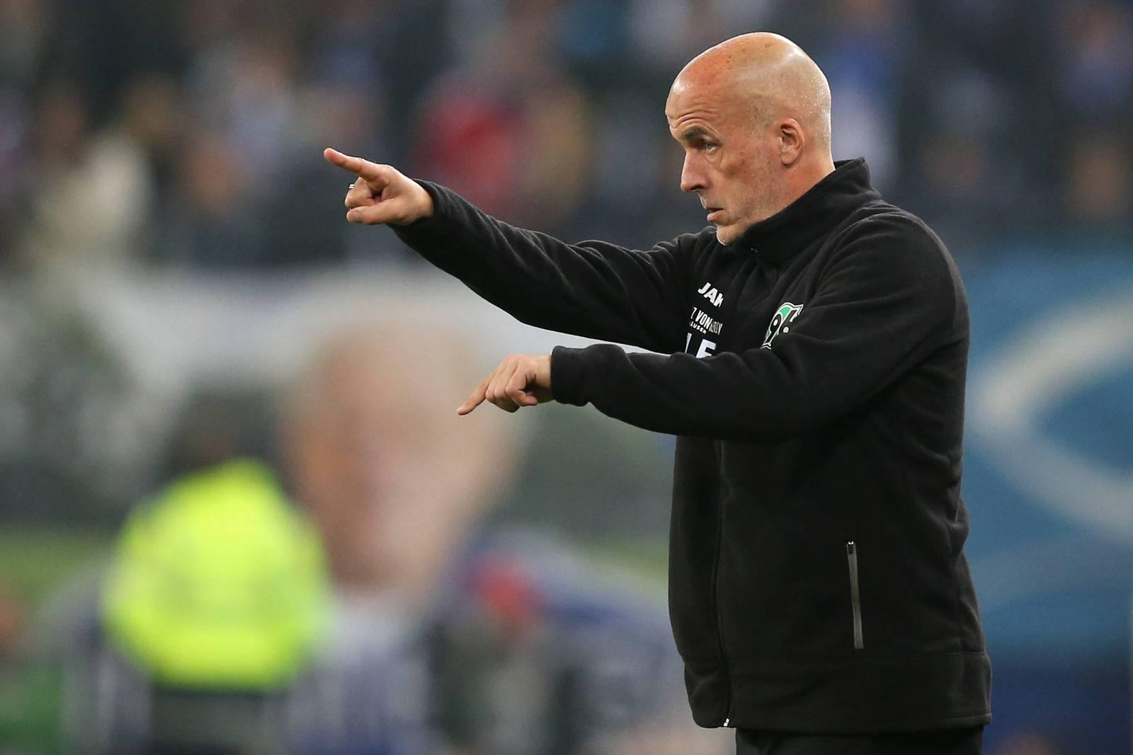 Michael Frontzeck gibt Anweisungen als Trainer von Hannover 96