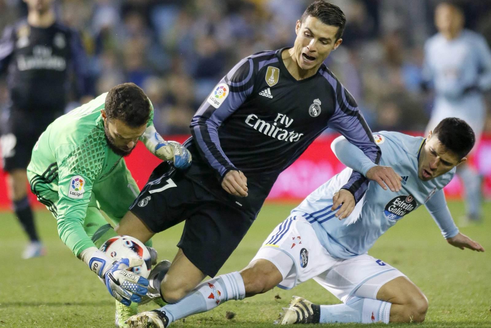 Cristiano Ronaldo im Duell mit Sergio Alvarez und Facundo Roncaglia