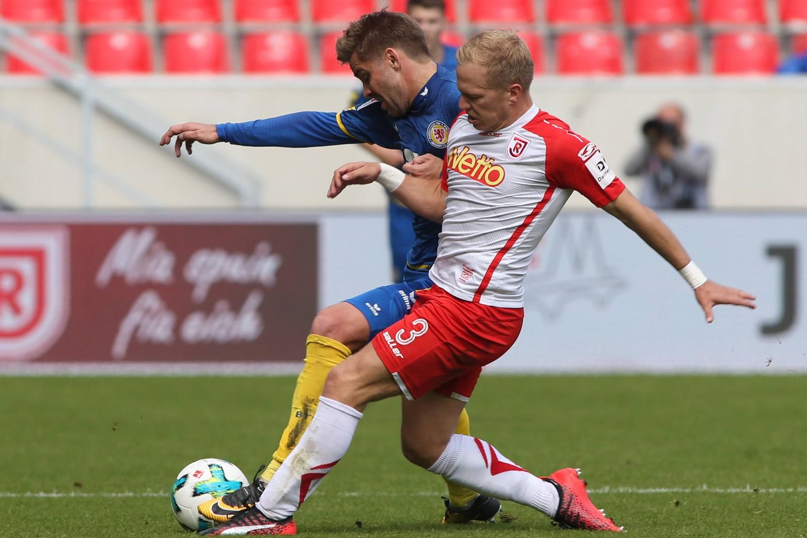 Alexander Nandzik von Jahn Regensburg gegen Christoffer Nyman von Eintracht Braunschweig