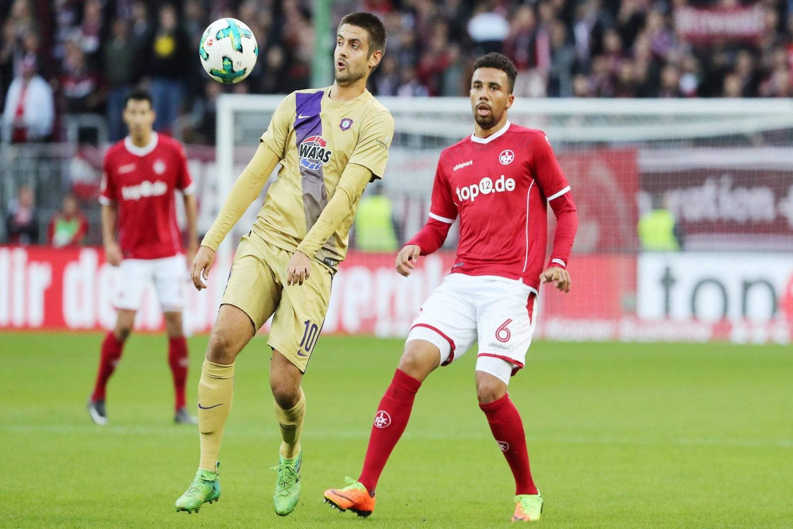 Leon Guwara vom 1. FC Kaiserslautern gegen Dimitrij Nazarov von Erzgebirge Aue