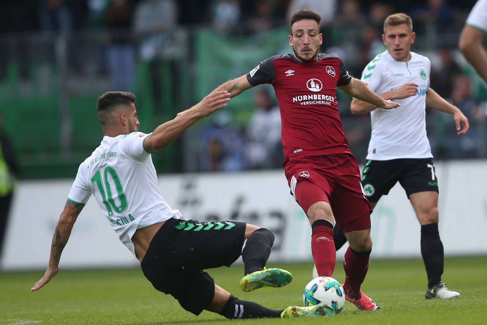 Kevin Möhwald vom 1. FC Nürnberg gegen Jürgen Gjasula von Greuther Fürth