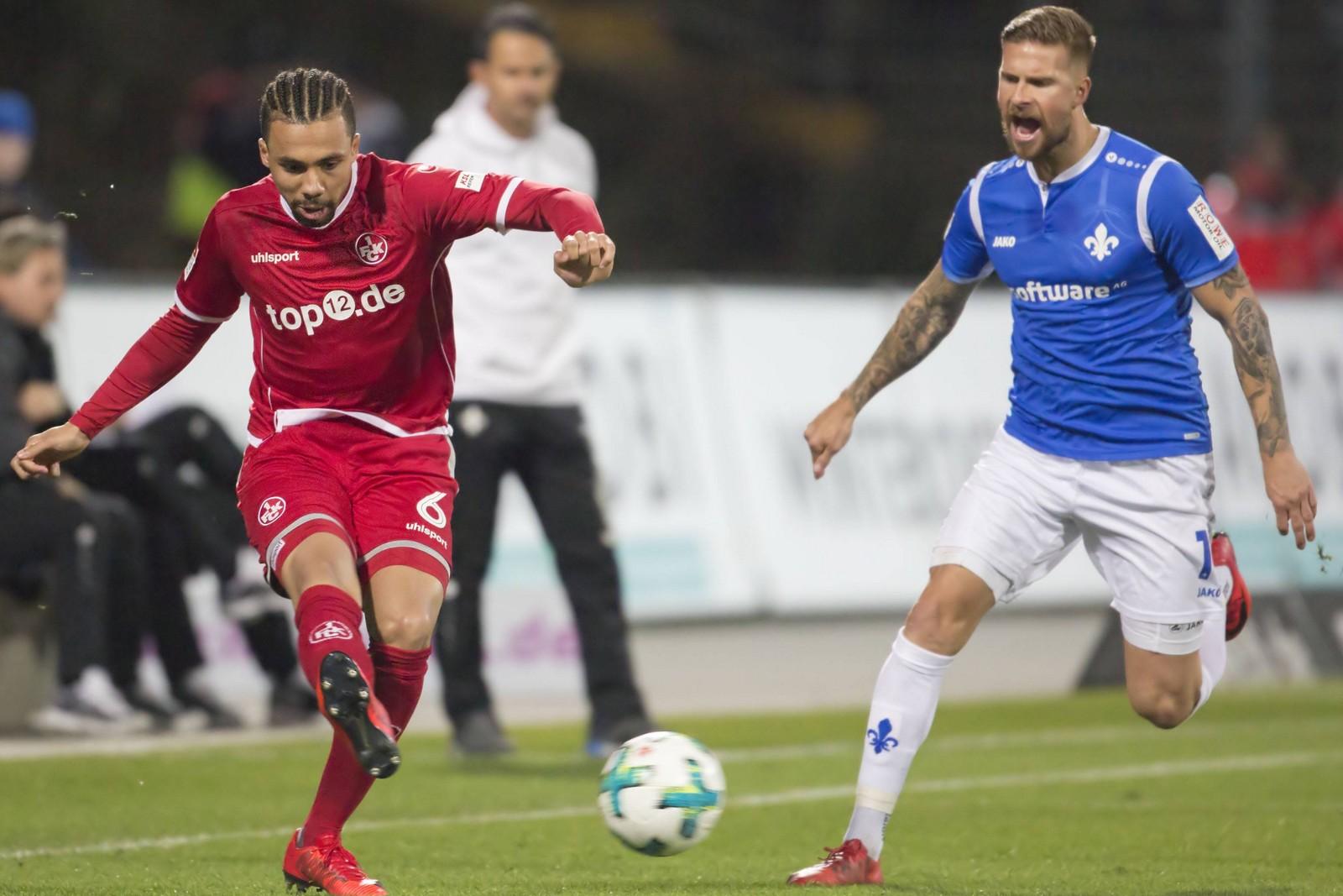 Leon Guwara vom 1. FC Kaiserslautern gegen Tobias Kempe von Darmstadt 98.