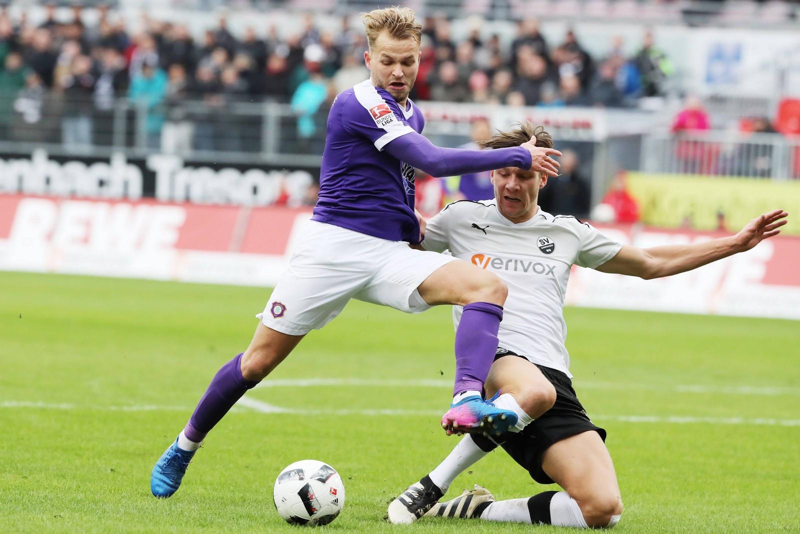 Ex-Auer Pascal Köpke setzt sich gegen Sandhausens Tim Knipping durch.