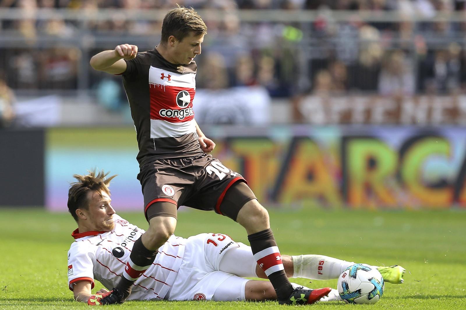 Richard Neudecker vom FC St. Pauli gegen Adam Bodzek von Fortuna Düseeldorf