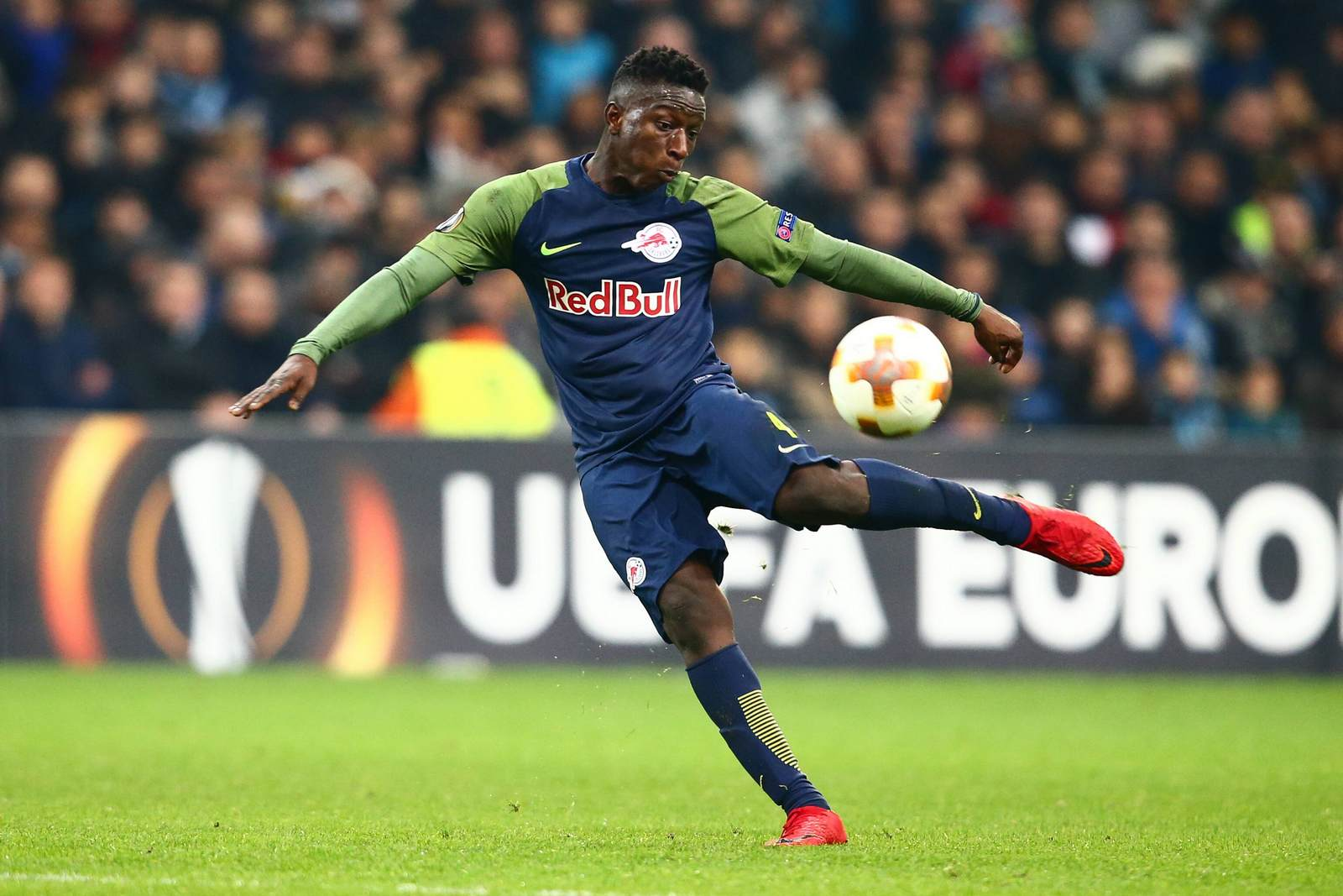 Amadou Haidara am Ball für Salzburg. Jetzt auf die Partie Real Sociedad gegen Red Bull Salzburg wetten.