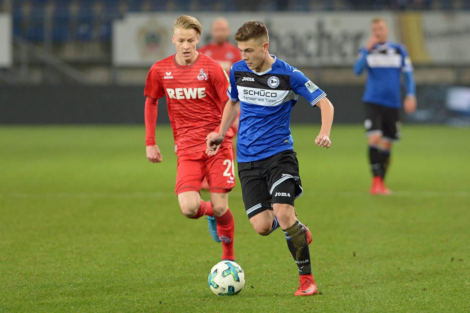 Can Özkan mit dem Ball am Fuß, verfolgt von Chris Führich