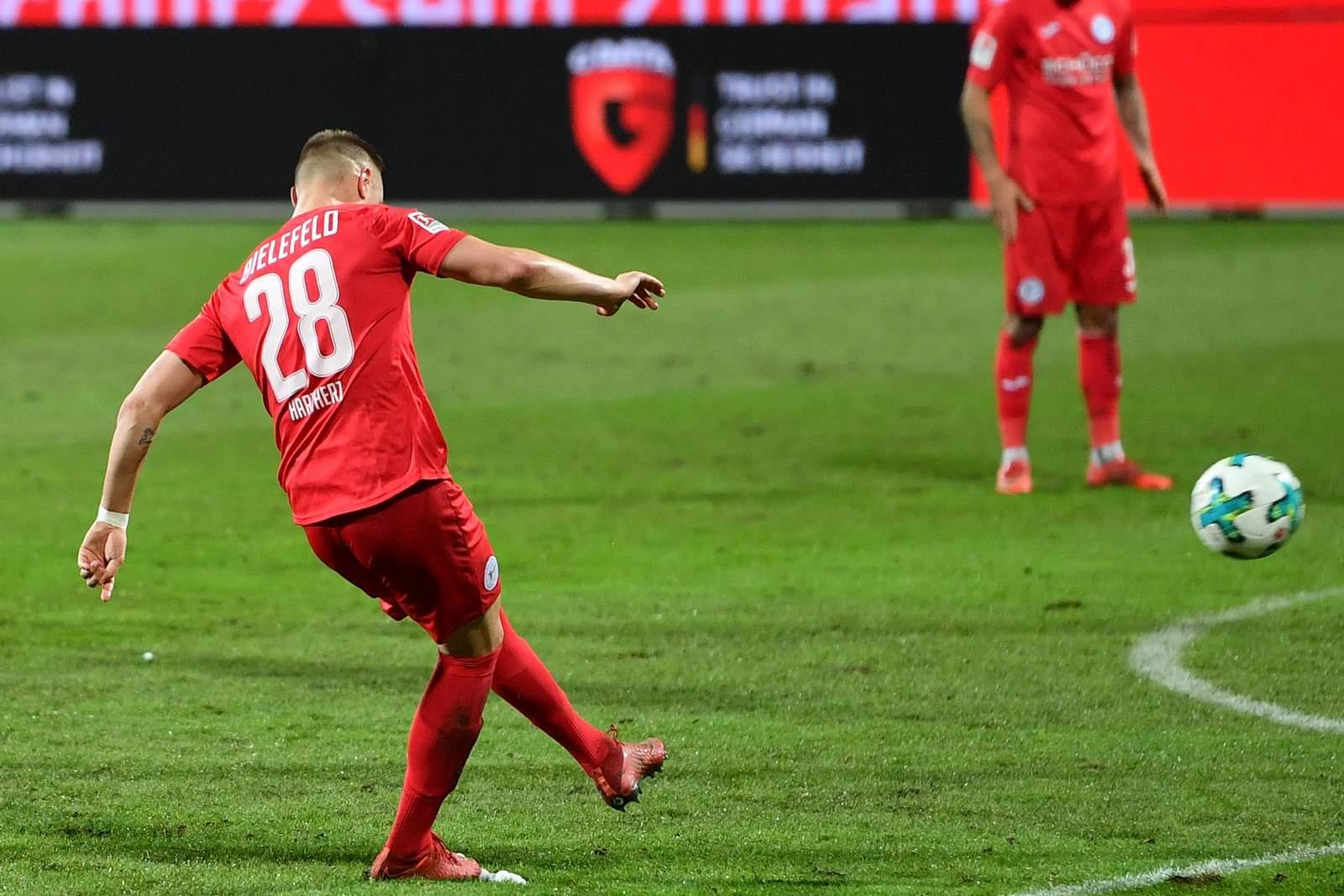 Florian Hartherz mit Freistoßtor gegen VfL Bochum