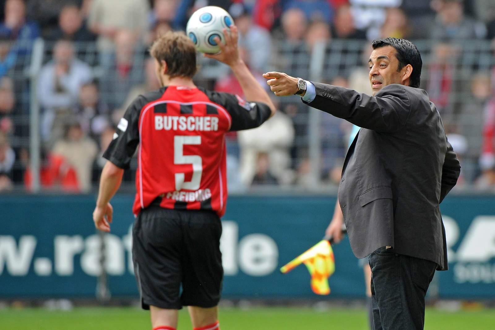 Robin Dutt gibt Heiko Butscher in Freiburg Anweisungen