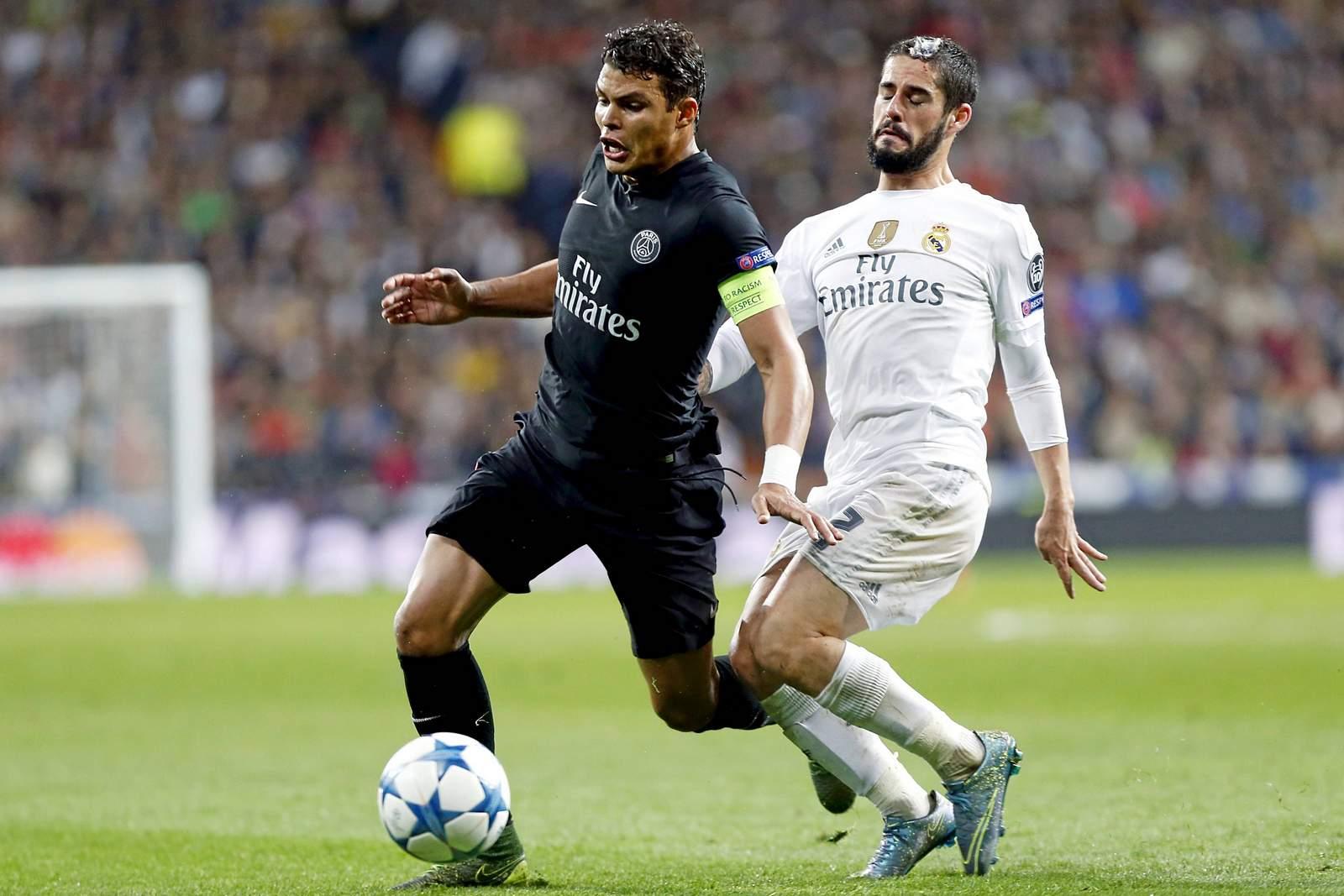 Thiago Silva im Duell mit Isco. Jetzt auf die Partie PSG gegen Real wetten.