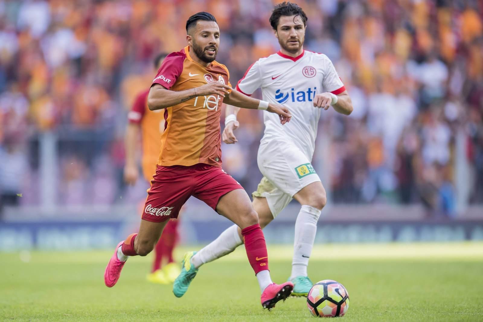 Yasin Öztekin im Laufduell mit Zeki Yildirim. Jetzt auf die Partie Galatasaray gegen Antalyaspor wetten