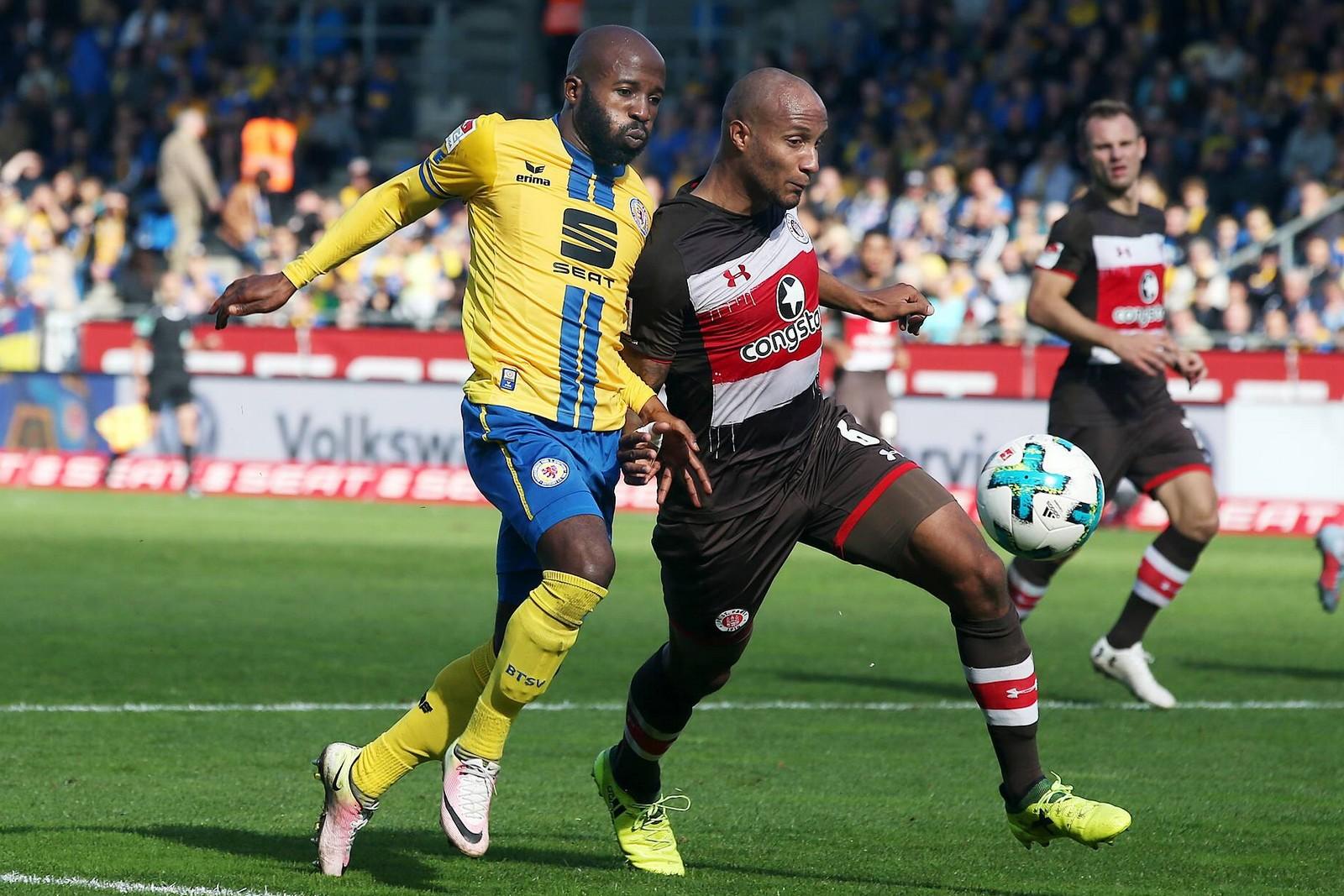 Domi Kumbela von Eintracht Braunschweig gegen Christopher Avevor vom FC St. Pauli
