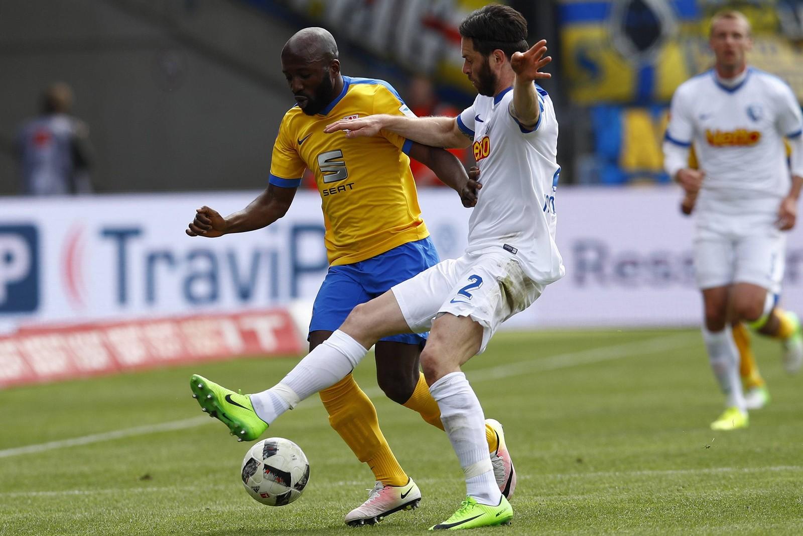 Domi Kumbela von Eintracht Braunschweig gegen Tim Hoogland vom VfL Bochum