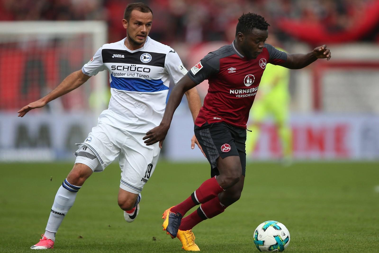Edgar Salli vom 1. FC Nürnberg gegen Manuel Prietl von Arminia Bielefeld