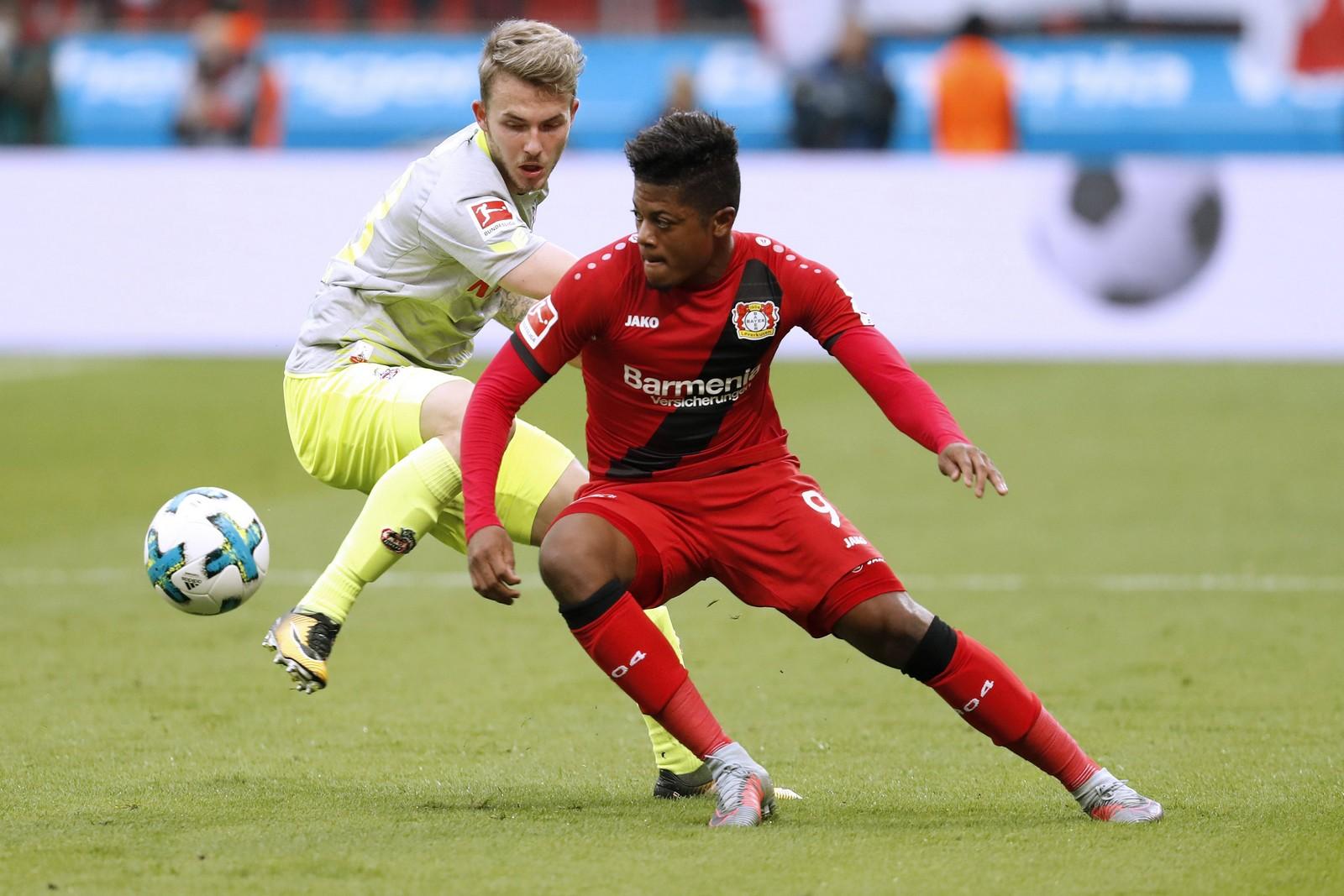 Leon Bailey von Bayer Leverkusen gegen Jannes Horn vom 1. FC Köln