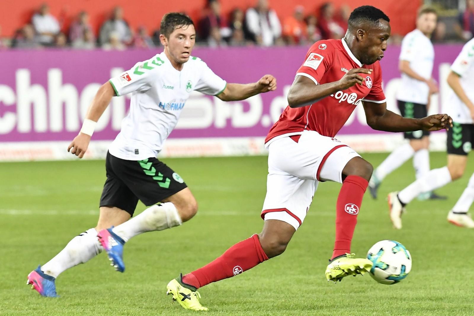 Maximilian Wittek von Greuther Fürth gegen Osayamen Osawe vom 1. FC Kaiserslautern