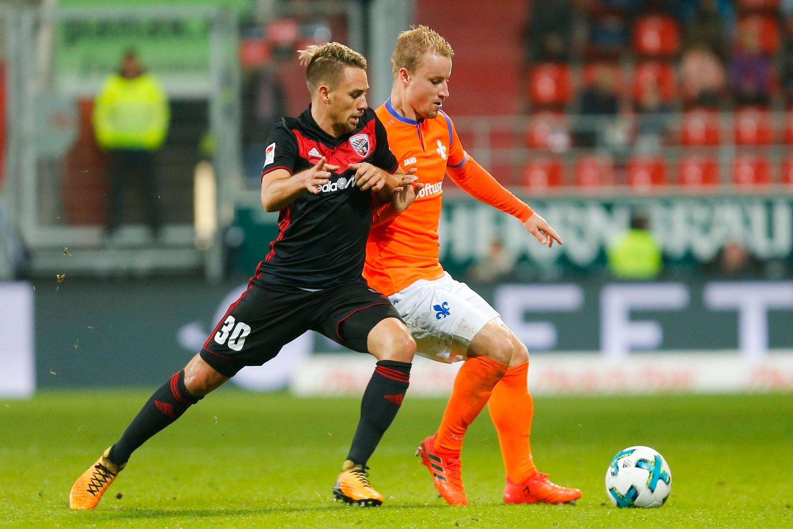 Thomas Pledl vom FC Ingolstadt gegen Fabian Holland von Darmstadt 98