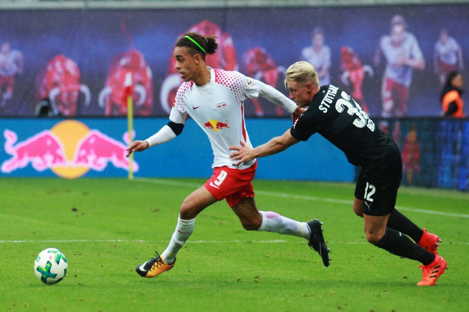 Yussuf Poulsen von RB Leipzig gegen Andreas Beck vom VfB Stuttgart