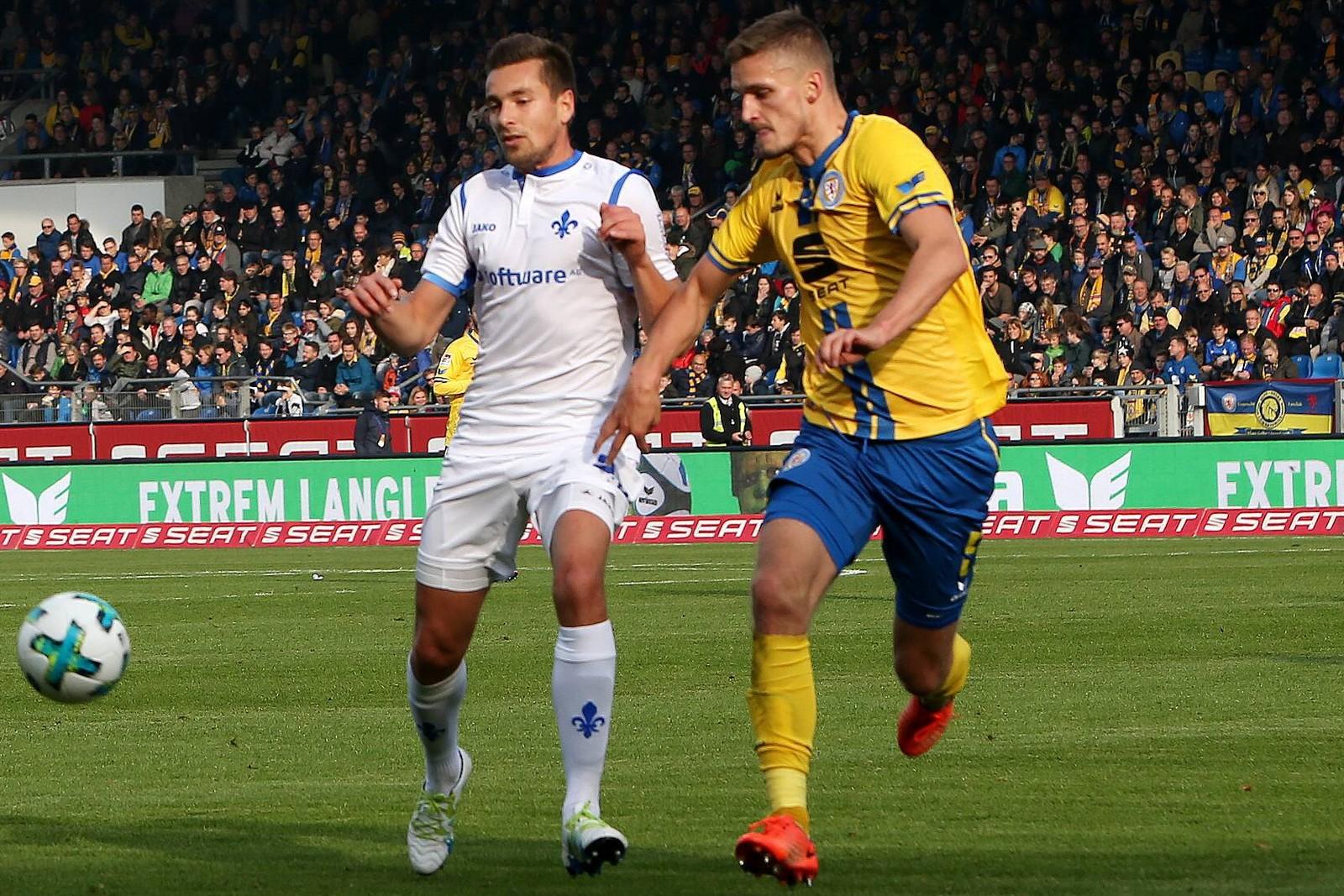 Artur Sobiech von Darmstadt 98 gegen Gustav Valsvik von Eintracht Braunschweig