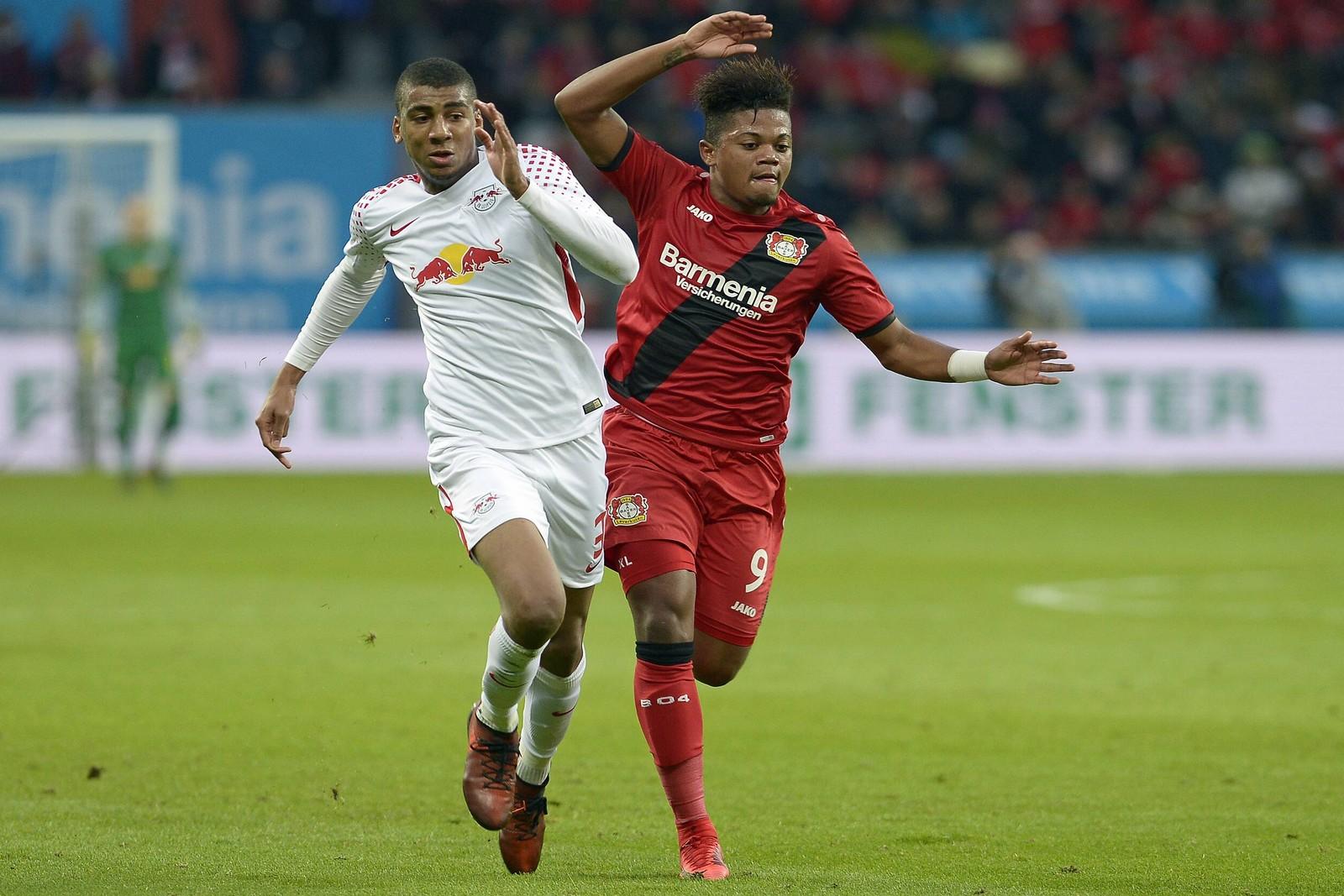 Bernardo von RB Leipzig im Laufduell mit Leon Bailey von Bayer Leverkusen