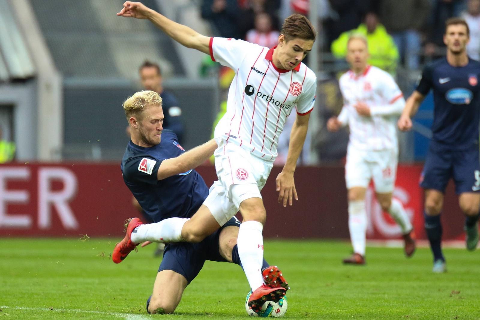 Florian Neuhaus von Fortuna Düsseldorf gegen Sebastian Griesbeck vom FC Heidenheim