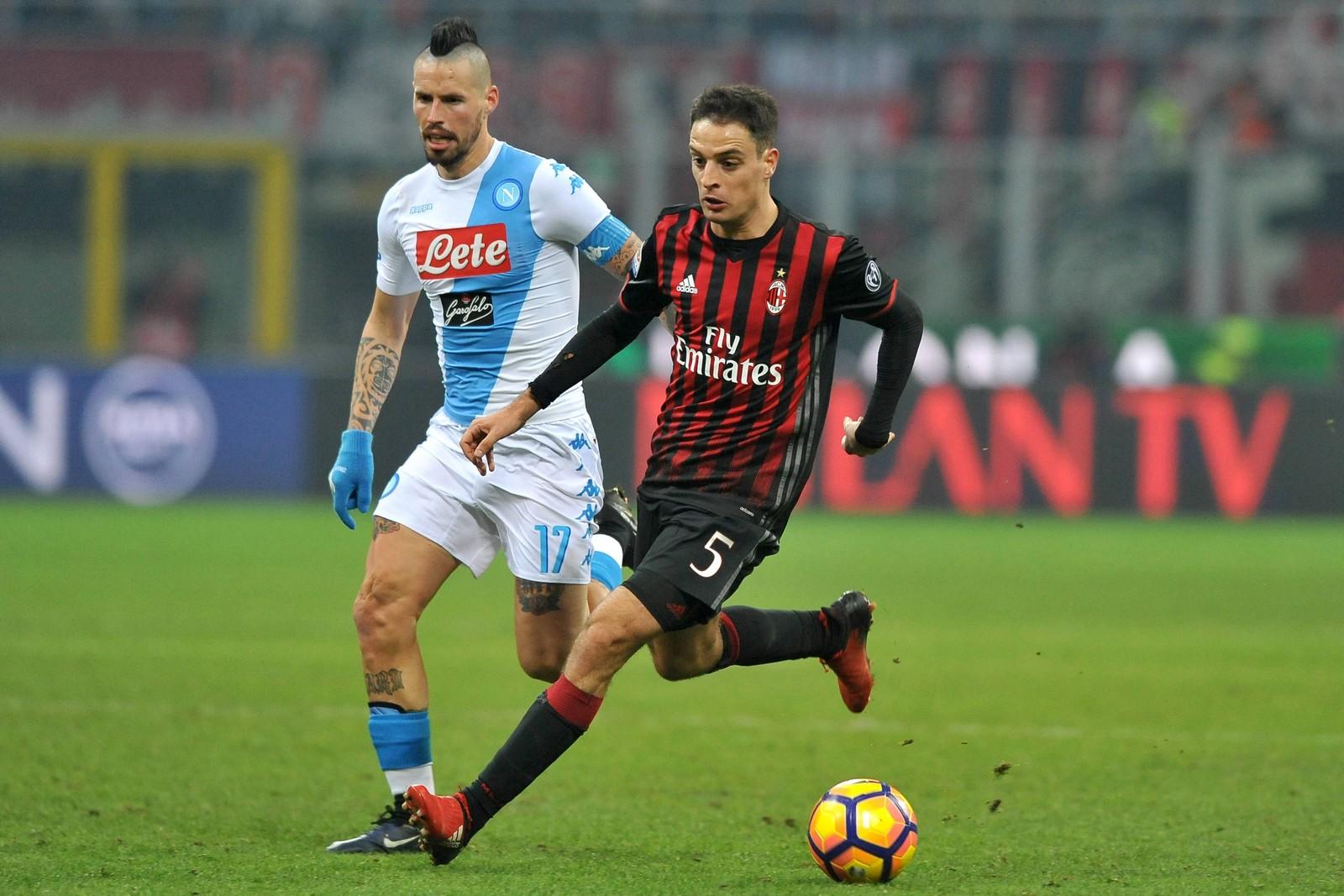Giacomo Bonaventura vom AC Milan gegen Marek Hamsik vom SSC Neapel