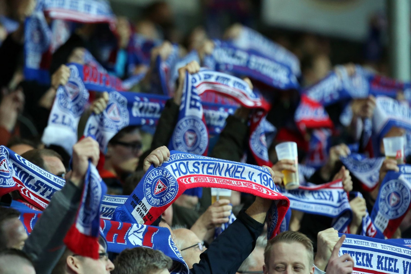 Fans von Holstein Kiel jubeln bei Spiel der 2. Bundesliga