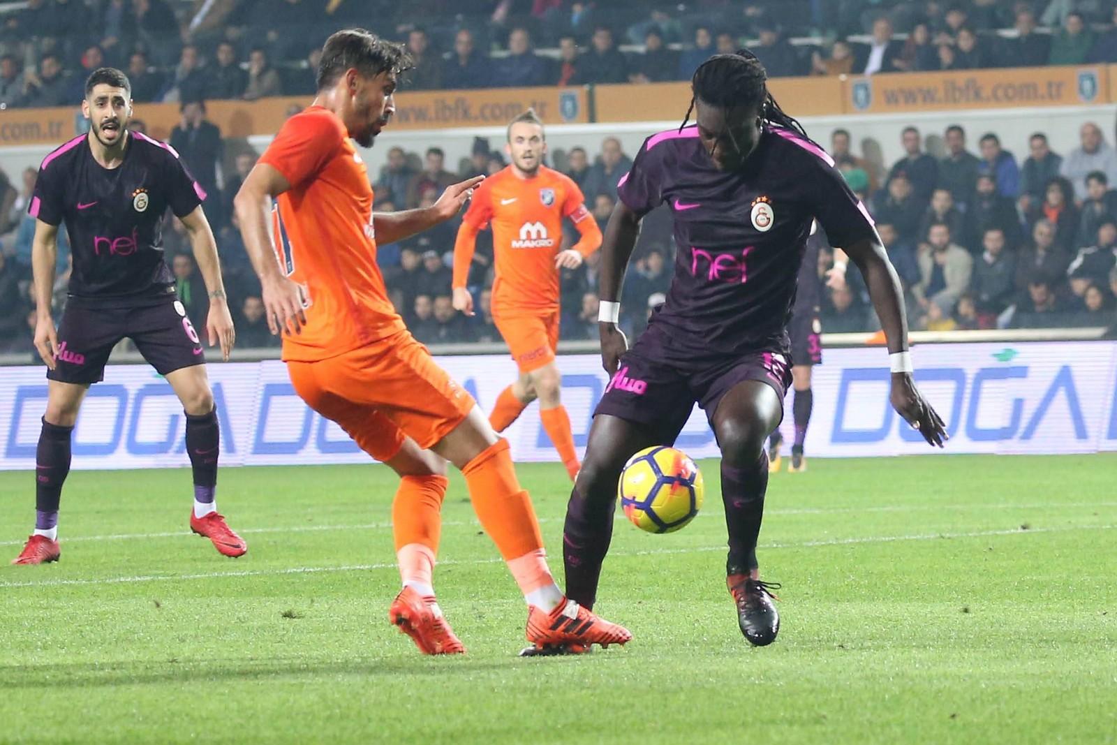 Irfan Kahveci von Basaksehir gegen Bafetimbi Gomis von Galatasaray